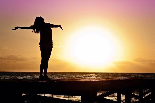 Mujer en la playa, felicidad