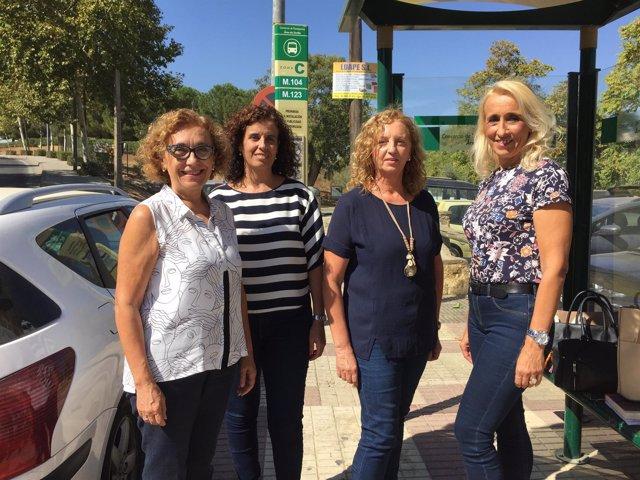 Concejales del PP en la para del autobús de Alcalá de Guadaíra a la UPO.
