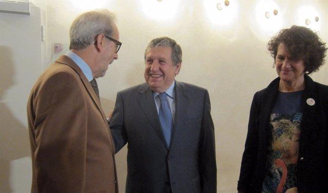 El embajador (centro) habla con el rector de la USAL.