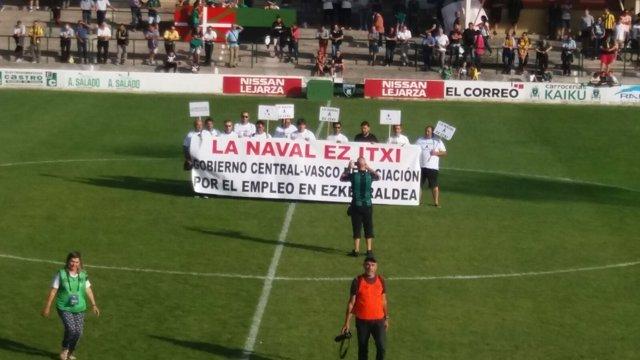Protesta de La Naval en campo de fútbol
