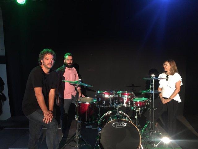 Mayoral (centro) en el estudio de grabación