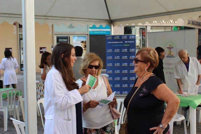 Farmacéutica informando a ciudadana medicamentos farmacia salud día botiquin