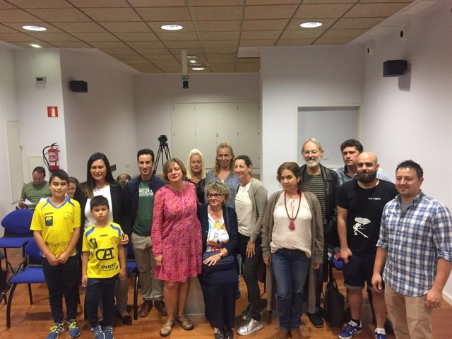 Ana Taboada acompañada por algunos promotores de las iniciativas ciudadanas