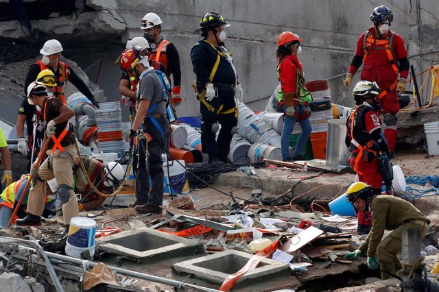 Equipos de rescate tras el terremoto en México