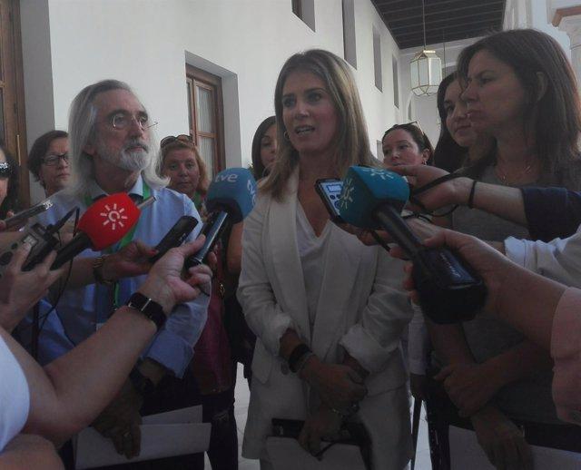 Ana Mestre atiende a los medios