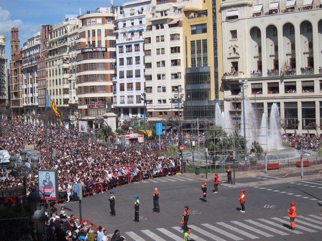 Asistentes a una 'mascletà' de Fallas en la Plaza del Ayuntamiento de València