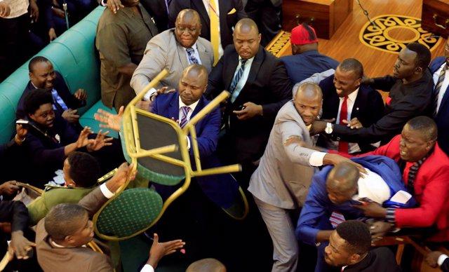 Pelea en el Parlamento de Uganda