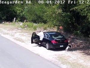 Un hombre abandona a un perro en mitad de una carretera de Dallas