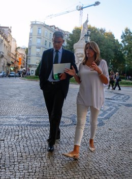 Susana Díaz y el portavoz del Gobierno andaluz paseando por Lisboa