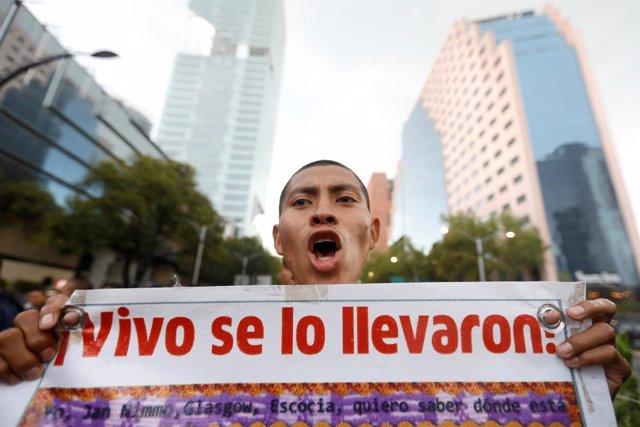 Un manifestante durante el tercer aniversario del caso Iguala.