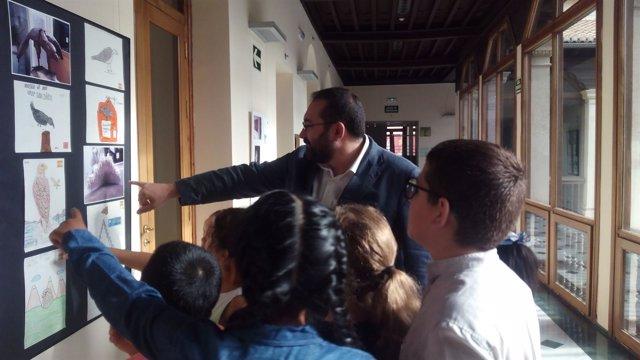 El delegado de Educación, Germán González, abre una muestra del colegio San José