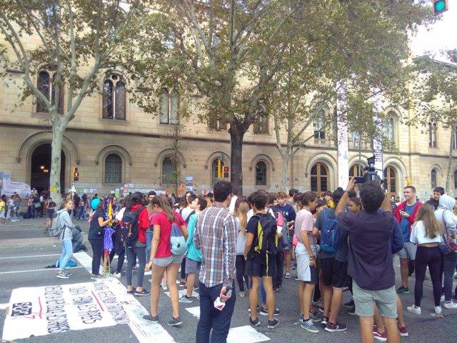 Estudiantes concentrados en la Gran Via ante la UB a favor del 1-O
