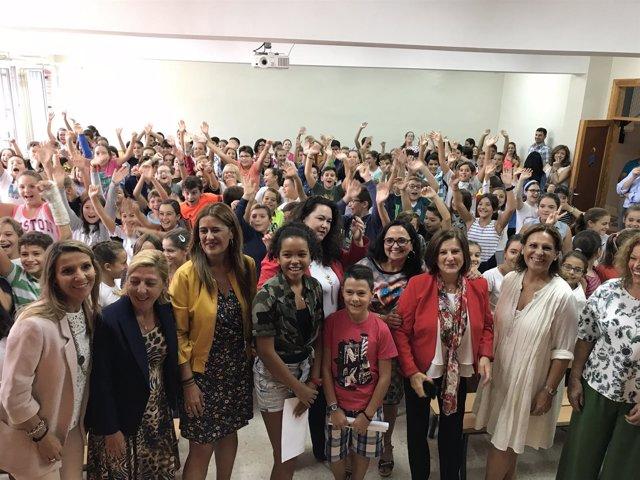 Gaya y Sánchez Rubio posan con alumnos