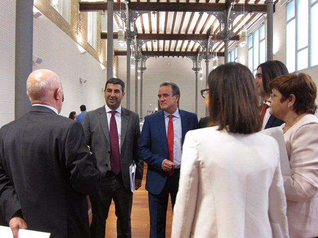 Juan Antonio Sánchez Quero hablando con los diputados del PSOE en la DPZ