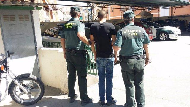La Guardia Civil con uno de los dos jóvenes detenidos