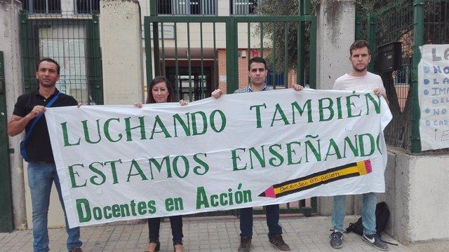 Protesta de interinos a las puertas de un centro educativo