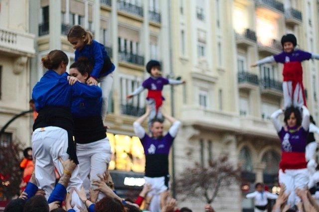 Miembros de la Muixeranga d'Alacant haciendo las torres