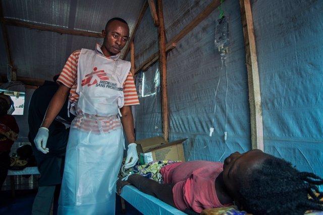 Un enfermero de MSF atiende a un enfermo de cólera en la RDC