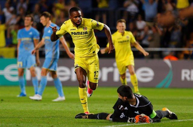 Bakambu celebra un gol con el Villarreal