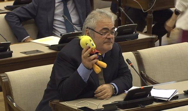 El diputado del PDeCAT Feliu Guillaumes con un muñeco de Piolín