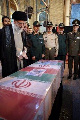 Alí Jamenei ante el ataúd con los restos de un miembro de Guardia Revolucionaria