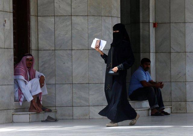 Una mujer saudí camina en Riad