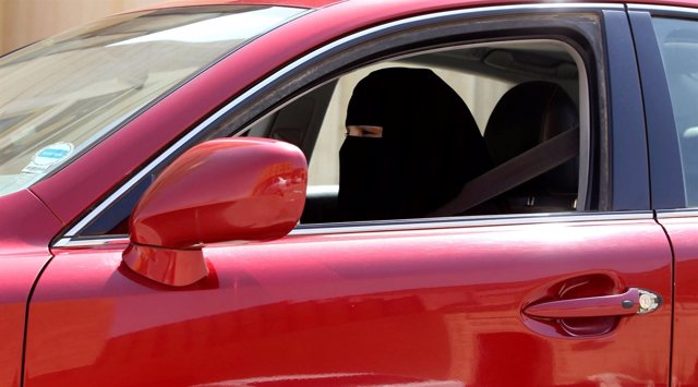 Una mujer saudí conduciendo
