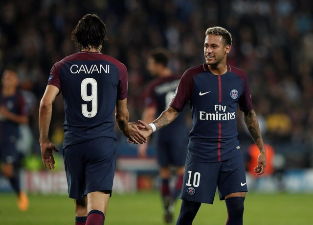 Edinson Cavani y Neymar Junior se dan la mano