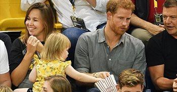 Esto es lo que pasa cuando le robas palomitas a un Príncipe de la realeza