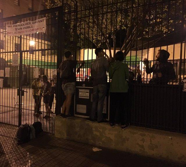 Colegio Francesc Macià (Barcelona, pl.Espanya) la noche previa al 1-O