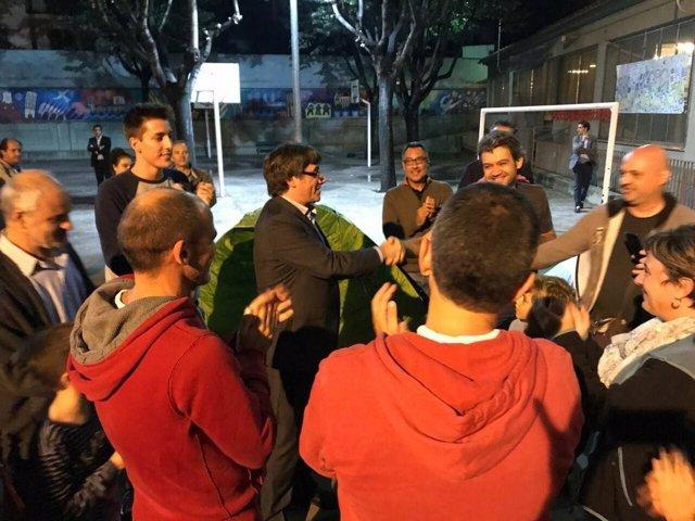 El pte.C.Puigdemont saluda a los que pasan la noche en un colegio antes del 1-O