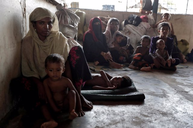 Refugiados rohingya esperan a obtener ayuda en un campamento de Bangladesh