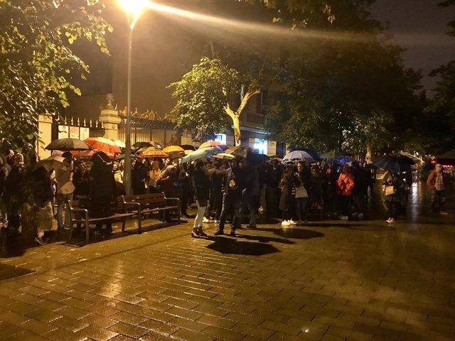 Gente esperando en el Palau Robert de Barcelona