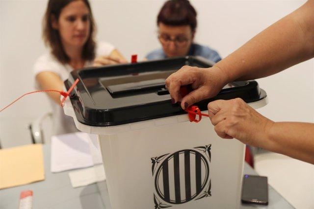 Una urna del referéndum ilegal