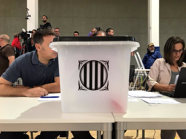 Urna en el colegio de Sant Julià de Ramis donde vota el pte. C.Puigdemont