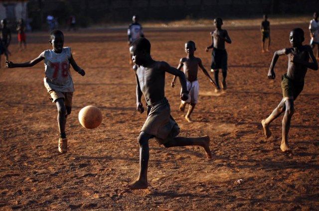 Chicos gahneses juegan al fútbol