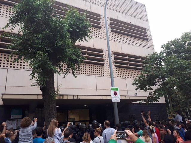 La policía acude a los colegios electorales del 1-O en Barcelona