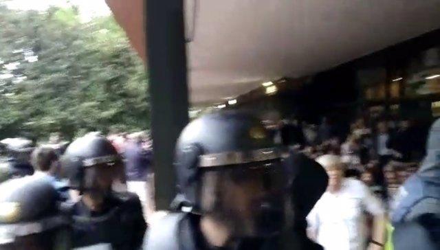 La consellera C.Ponsatí trata de impedir la entrada de Policía el 1-O