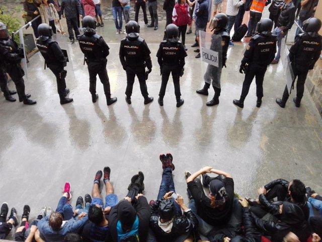 Presencia Policial En La Escuela Ramon Llull De Barcelona