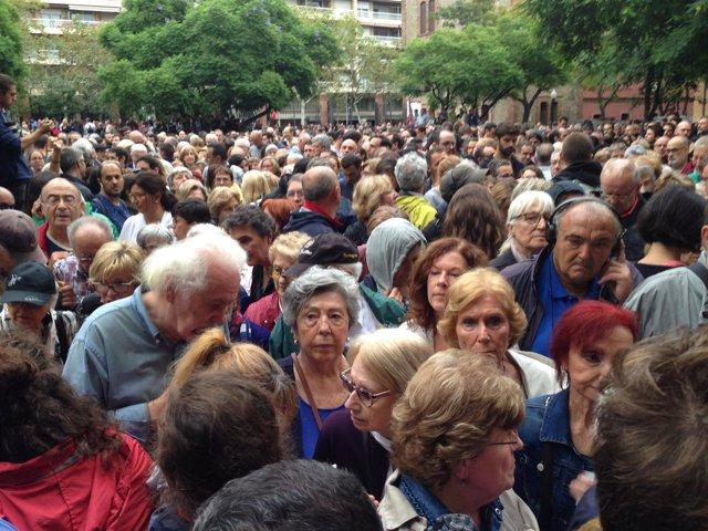 Centenares de personas esperando para votar en la Escola Industrial el 1-O