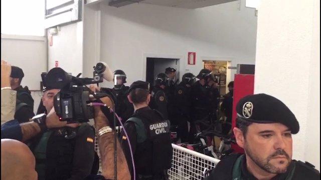 Guardia Civil irrumpe en Girona para recoger las urnas
