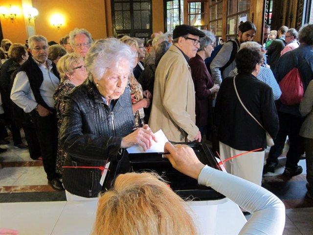 Ciudadanos votan en el recinto de la Escola Industrial