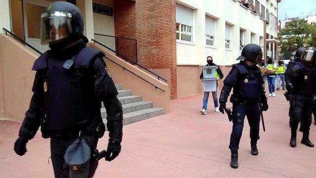 La Policía Nacional requisa urnas de la Escuela Aiguamarina de Barcelona