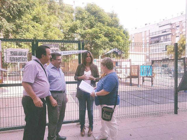 Evelia Rincón (PP) visita un parque infantil precintado