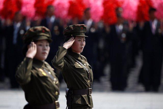 Mujeres militares en desfile de Corea del Norte