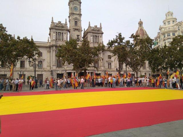 Gran bandera en la plaza consistorial