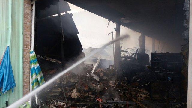 Incendio en un bazar chino en Santiago de Cartes