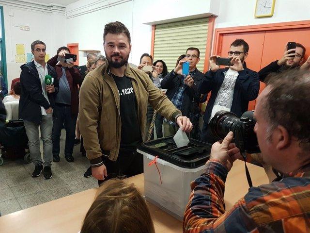 Gabriel Rufián (ERC) vota en el referéndum del 1-O