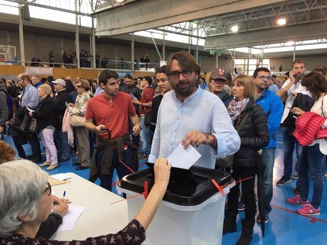 Camil Ros (UGT) vota en Girona por el 1-O