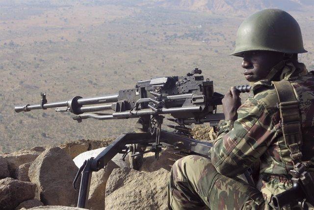 Un soldado camerunés con una ametralladora